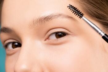 今っぽい眉毛にチェンジ!基本の整え方とメイク法教えます