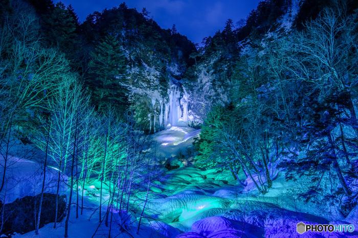 平湯温泉から車で5分もかからないところには、「飛騨三大瀑布」や「日本の滝百選」にも数えられる「平湯大滝」があります。高さ64m、幅6メートルを誇る大滝は遠くからでも迫力満点!毎年冬には氷結する姿が見られ、ライトアップされます。また車で30分ほどのところには、国の文化財にも指定されている景勝地「上高地」をはじめ、日本百名山にも選ばれた荒々しい山肌が魅力の「焼岳」などがあり、自然を思い切り満喫できるスポットとなっています。