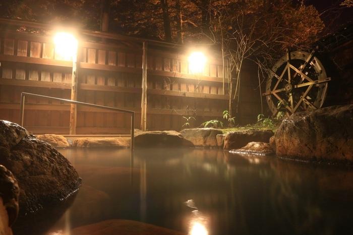 平湯温泉には40以上もの源泉があり、源泉によってそれぞれ違った泉質を持っています。源泉かけ流しの温泉に入れる宿や、貸切露天風呂を利用できる宿も多く、本物の温泉と平湯の自然をひとり占めするような気分で楽しめるのが魅力。もちろん、湯めぐりにもぴったりです。