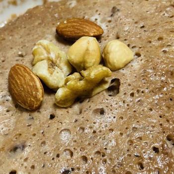 オートミールを使ったパンなら、発酵なしで簡単につくれます。こちらはチョコ味のプロテインパウダーを使って味をつけており、ダイエットや筋トレ中の人にもおすすめ◎