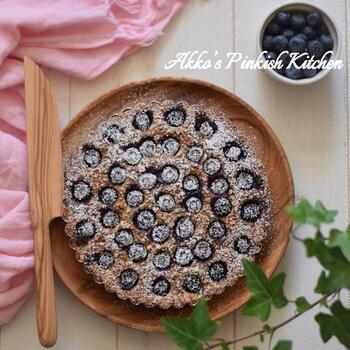 こちらはたっぷりのオートミールを使ってつくるブルーベリーのケーキ。つくり方も簡単で、材料を順番に混ぜてオーブンで焼くだけ。ざくざくとした食感の食べごたえあるケーキができあがりますよ。