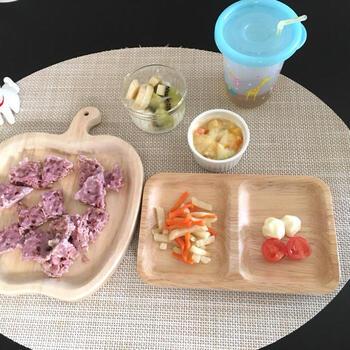 オートミールパンは発酵なしで、しかもレンジでチンするだけで簡単にできるから、忙しいママのための離乳食づくりにも嬉しいメニューです。紫芋のパウダーで色もきれいですね。