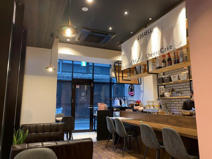 """2020年にオープンした「COSAELL COFFEE&CHEESE CAKE」は、""""バリスタが作るコーヒーに合うチーズケーキ""""をテーマにしたカフェで、約10種類のチーズケーキとコーヒーを楽しめます。"""