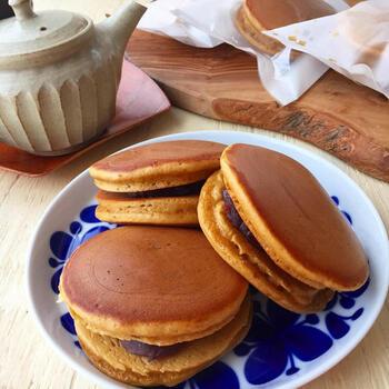 ホットケーキミックスと黒糖で簡単に作れるどら焼き。やさしい甘みがクセになるどら焼きは子どもからご年配の方までおいしくいただけるので、3世代のティータイムに作りたてをぜひ♪