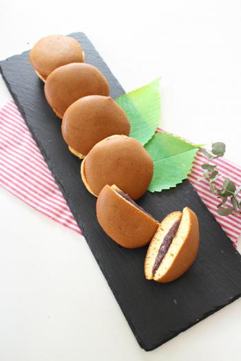 卵白をたっぷり泡立てて作ったメレンゲ入りの皮は焼き上がりがふわふわに。メレンゲを作る手間が多少かかりますが、そのぶん絶妙な食感と味わいのどら焼きに仕上がります。