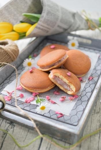 桜あんと求肥が入ったご馳走和スイーツ。桜あんには生クリームとバターも入り、とってもクリーミーで見た目も桜色の美しい色合いになるので、少し中身をみせるとより食卓を華やかに演出できます。おうちでお花見を春色のどら焼きで楽しむのもオシャレ。