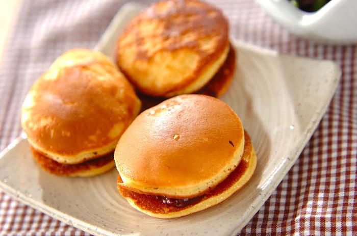 生地にアレンジ材料を混ぜるのではなく、皮を焼いた後で生地にバターを塗るどら焼きレシピ。バターの風味と塩気と、あんこの甘さが絶妙などら焼きはいくつでもいただけそう。