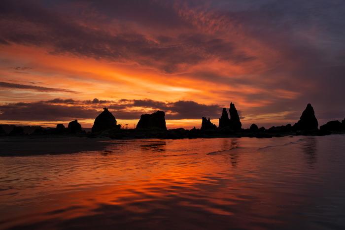 串本温泉の露天風呂からは、そんな橋杭岩や見渡す限りの太平洋を眺めることができます。夕方や早朝の時間帯は特に圧巻!橙色に染まる空と水面に、大小の岩々が規則正しく並ぶ橋杭岩のシルエットが浮かび上がり、まさしく橋の杭のよう。見る角度によって違った景色を楽しめるので、温泉の外でもぜひ橋杭岩を探してみてくださいね。