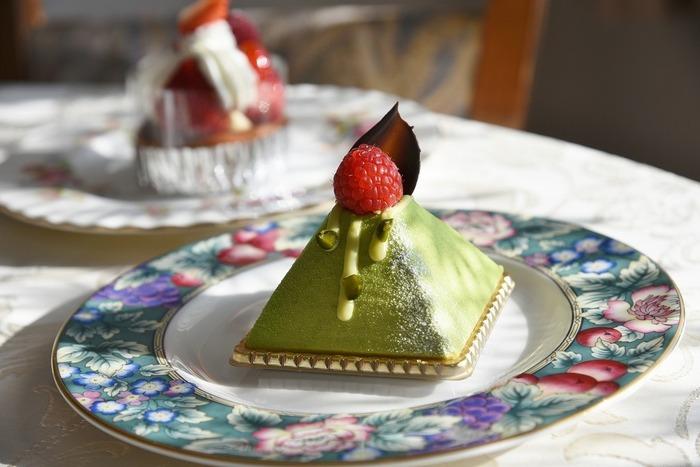 席数は少なめですが、カウンターでケーキをいただくことも可能。落ち着いた店内で優雅なスイーツタイムを過ごせますよ。