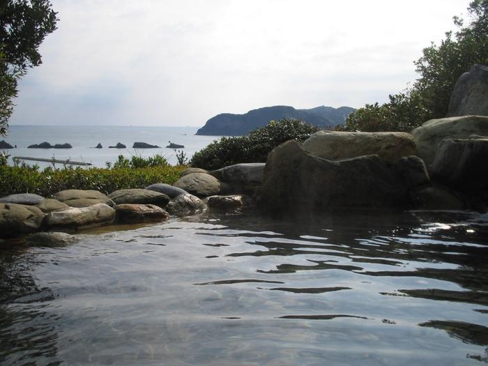 串本沿岸の一部のエリアは、ラムサール条約に登録されていることでも知られています。というのも、串本沿岸には黒潮が流れ込み、その影響で亜熱帯同様のサンゴ群落が形成されるなど、豊かな海が広がっているんです。そんな海の恵みを中心に、おいしく新鮮な「食」が楽しめるのも、串本温泉の魅力のひとつと言えるでしょう。