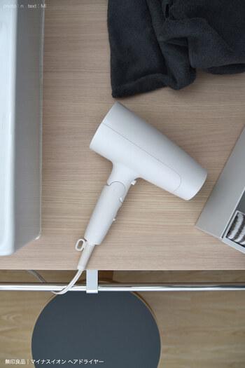 「ドライヤーホルダー」で洗面所スッキリ。おすすめアイテム&収納アイデア