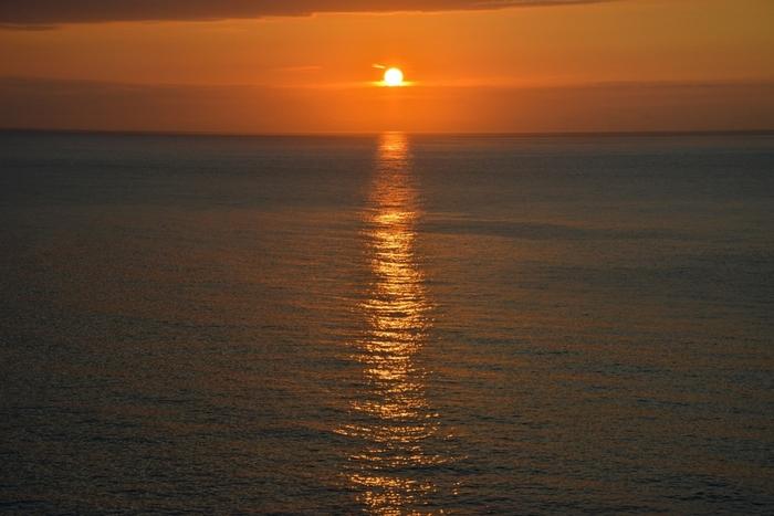 せっかく訪れるなら、日の出・日の入りの時刻や満月の時期にタイミングを合わせてみて。遮るものがないので、夕日や日の出は絶景!また満月には、月の光が海の上に道をつくる様子が見られ、温泉地の人々には「ムーンロード」と呼ばれて特に愛されてきました。満月の前後3日間を「ムーンロード日和」と言って、温泉地の各地で特別なサービスが行われています。