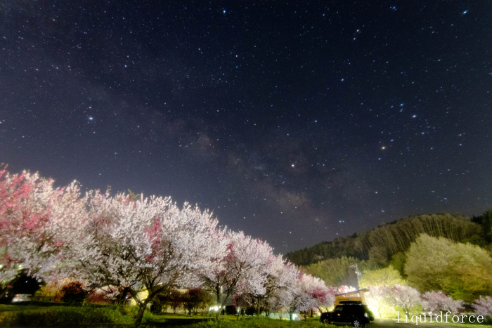 """昼神温泉を訪れたなら、その美しい星空は見逃せません。どの宿の露天風呂に入っても、見上げれば""""日本一の星空""""が広がり、季節によっては鮮やかな花桃と一緒に楽しむことができます。""""美肌の湯""""とも呼ばれる泉質の昼神温泉につかりながら、星空に包まれるようなひとときを過ごしてみてくださいね。"""