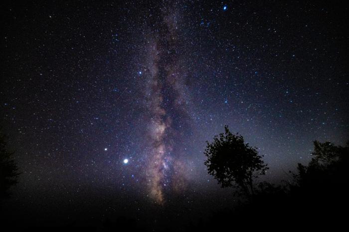 """かつて、公害や大気汚染問題を広めるため、双眼鏡や肉眼などで人々に星空を観測してもらうという環境省主導の全国星空継続観察が行われていました。そこで阿智村は""""日本一星空が綺麗な村""""に認定!現在では、日本で最も星空が美しく見える場所として知られるようになりました。"""