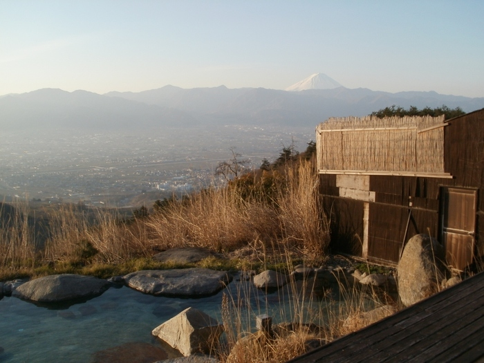 湯舟のひとつは、オープン時からある「こっちの湯」。岩と木でつくられた風情ある湯舟からは、天気が良ければ富士山をのぞむことができます。タイミングによっては眼下に雲海が広がり、富士山とのコラボレーションも楽しむことができますよ。