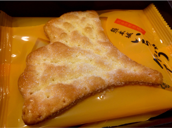 """熊本のシンボルである熊本城は別名""""銀杏城""""と呼ばています。そんな熊本城にゆかりのある「いちょうパイ」は、形だけでなく、乾燥銀杏の粉が入っているのもポイント。2012年と2013年にモンドセレクションで金賞を受賞し、第22回全国菓子大博覧会では総裁賞を受賞しています。サクッと軽い食感で、いくつでも食べられそうです。"""