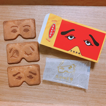 郷土芸能の博多仁和加の半面の形をした「二○加煎餅」は、福岡県民にとってはお馴染みの銘菓。サクッとした食感で、卵の風味がしっかりと感じられる懐かしい味わいです。