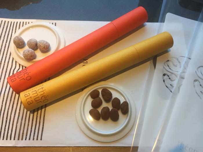 Theomurata(テオムラタ)は、湯布院の旅館の山荘無量塔がプロデュースした森の中に佇むチョコレート専門店。「ビーンズショコラ」は、ナッツ・ドライフルーツ・コーヒー豆を上質なチョコレートでコーティングしたスイーツです。