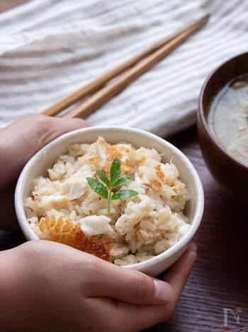 鯛といえば、鯛めしを思い浮かべる方も多いですよね。 手間がかかるイメージのある鯛めしですが、切り身を使うことで手軽につくることができます。味付けは、塩・お醤油・お酒など冷蔵庫に常備してある調味料でOK!鯛の旨みが染み込んだご飯は、とても贅沢な味わいです。