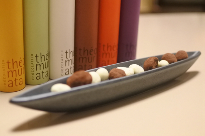 素材との相性によってチョコの種類を変えて、それぞれの美味しさを最大限に引き出しています。カラフルでおしゃれな筒型パッケージも素敵。センスのいいお土産は、ギフトにもおすすめですよ。
