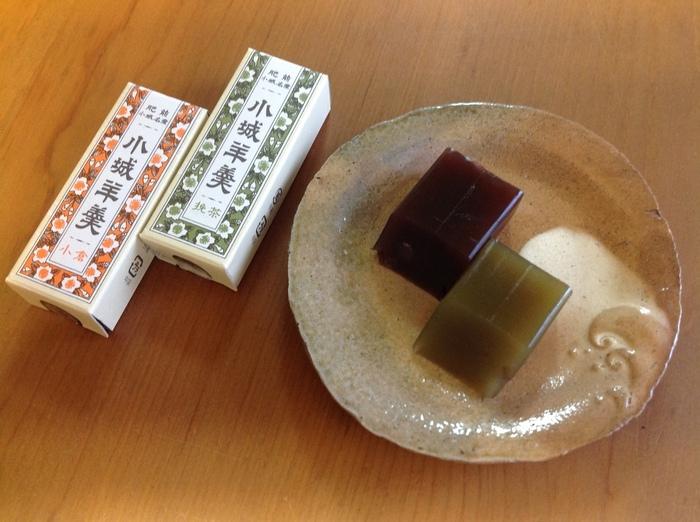 村岡総本舗の「特製切り羊羹」は、江戸時代からの伝統製法を守りひとつひとつ丁寧に作られています。外はシャリッと、中は柔らかくなめらかな口当たり。花柄のパッケージもレトロ可愛く、和菓子好きさんへの贈り物にもおすすめです。