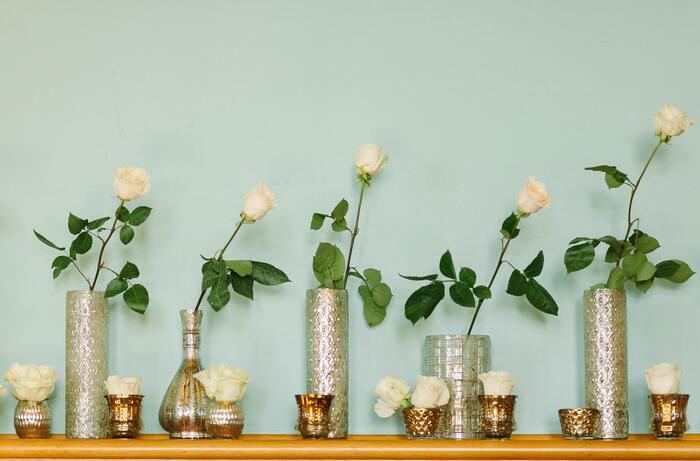 バラを挿す前に、花瓶は清潔にしておきましょう。洗剤をつかって洗っても大丈夫です。バラの茎は斜めにカットして断面積を広くします。水の量は花瓶の底5cmくらいで十分です。葉が水に浸からないように、余分な葉は取り除きましょう。  基本的に水は毎日取り換えますが、延命剤のような薬品を使用しているなら4~5日での交換で大丈夫です。