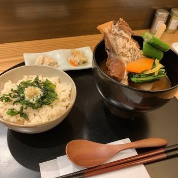 """""""食べるスープ""""をコンセプトにしたメニューは、和素材のおいしさを存分に引き出したもの。  こちらの「8種のおだしと真鯛のお椀」は、昆布やフォン・ド・ボー、魚介、鶏白湯など、和洋中の出汁を掛け合わせた複雑な旨みが溶け合う贅沢な味噌汁。具材は柔らかい輪切りの大根と真鯛のかまの煮つけが入っていて、ボリュームも満点です。"""