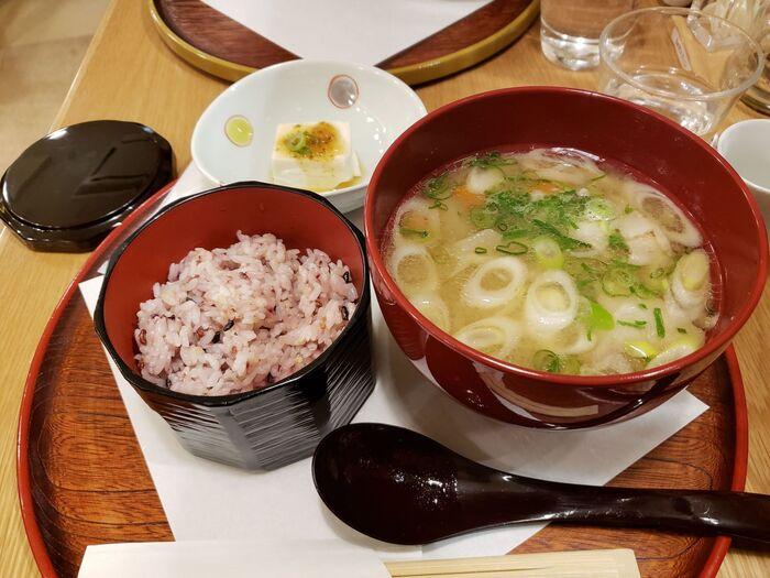 こちらの「九州の豚汁セット」は、茅乃舎だしと煮干しの合わせ出汁に、九州・霧島産豚肉の旨みがプラスされた一杯。大根やごぼう、さつまいもなど根菜がたっぷり入っていて食べ応えがあります。