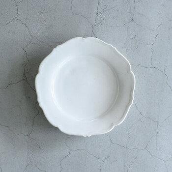 「awabi ware」のお皿は、優しい曲線が魅力的で、アンティークの雰囲気も併せ持っています。置いておくだけでも食卓が華やぎそう。