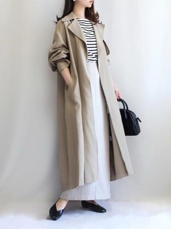 落ち感のあるトレンチコートは、コーディネートにさりげなくリラックス感をそえてくれます。合わせたスカートもIラインを意識したシルエットで、大人っぽい装いに。春らしい淡いカラーをブラックで引き締めた、バランスのいいコーディネートです。