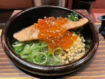 """お店のイチオシメニューが「鮭といくらの親子茶漬け」。お店でさばいた北海道産の鮭と、いくらの黄金コンビは贅沢な味わい。日本で古くから親しまれているお茶漬けをよりおいしく食べられるようにと、独創的な""""石焼茶漬け""""にアレンジしています。"""