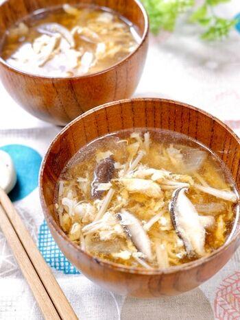ごま油で炒めてから煮るかきたま汁は、ダシいらずの簡単レシピ。炊きたてのご飯に添えれば栄養バランスばっちりですね。