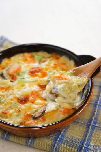 「グラタンが和食に?」と意外に思われそうですが、味噌を加えたクリームグラタンはご飯に合う和風味。鮭と白菜が旬を迎える秋冬にぜひ作りたいメイン料理です。