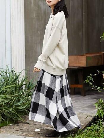 レディライクなふんわりフレアのロングスカート。おしりまですっぽり隠れるシンプルなトップスと合わせると暖かく、無地と柄でメリハリがあるので重たく見えません。