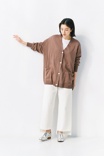 ゆったりとしたシルエットのカーディガン。絶妙な丈で合わせる洋服を選びません。切り込みが入ったような衿ぐりで、シンプルな重ね着もおしゃれにまとまります。