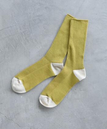 麻混のドライタッチの糸で編み上げた靴下。足首のところをくしゅくしゅっとさせて履くことができ、全体のバランスが取りやすいでしょう。たくさん出番がありそうです。