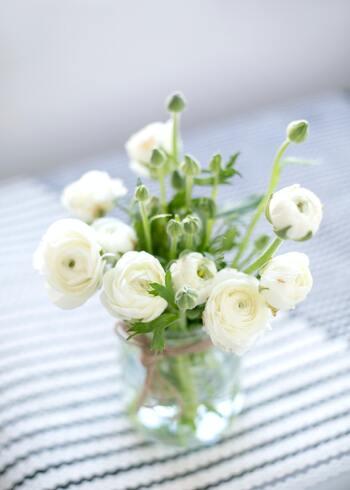 八重のものや半八重のものもあり、花が大きいのがポイント。一輪だけでも十分な存在感が魅力です。  その大きな花が災いして、茎が折れてしまうことがあるのでご注意ください。花が開き切ってしまう前に、茎を短く切っておくとよいでしょう。複数の花と一緒に生けるときは、開花後のサイズを考慮して、余裕を持たせたアレンジメントにしてくださいね。