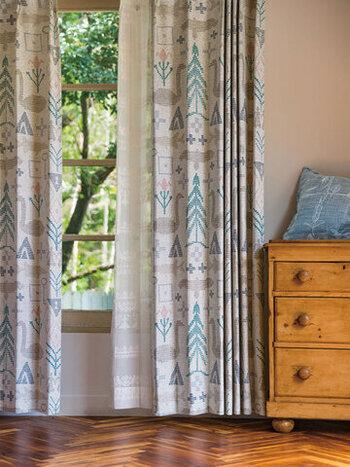 やさしげな色合いのカーテンは、木のぬくもりがあふれるお部屋にぴったり!個性的なデザインでいながら、主張しすぎないカラーなのでお部屋のほどよいアクセントになりますよ。
