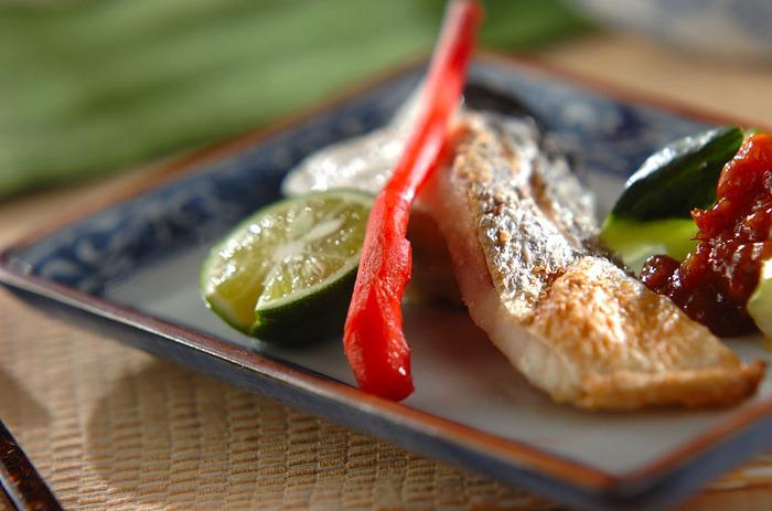 梅雨時から夏にかけて旬を迎えるスズキ。脂がのった切り身はシンプルに塩焼きするだけでおいしいメイン料理になります。すだち・棒ショウガ・きゅうりなどを添えるとさっぱりしますよ。