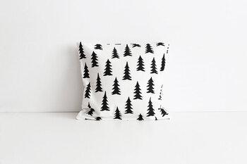 Fine Little Day(ファインリトルデイ)は、スウェーデンの豊かな自然をイメージした、ほっこりしたデザインが魅力的です。そのなかでも特に人気なのが、こちらのモミの木柄!いかにも北欧らしいモチーフとシンプルな色使いで、かわいすぎずクールすぎず、どんなお部屋にも取り入れやすいデザインですよ。