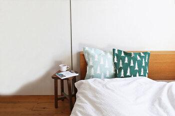 ベッドにクッションを並べると、ホテルライクな印象に。真っ白なベッドリネンに映える、ポップなグリーンがかわいらしい組み合わせです。グラデーションのように色違いの柄を並べると、統一感も演出できますよ。