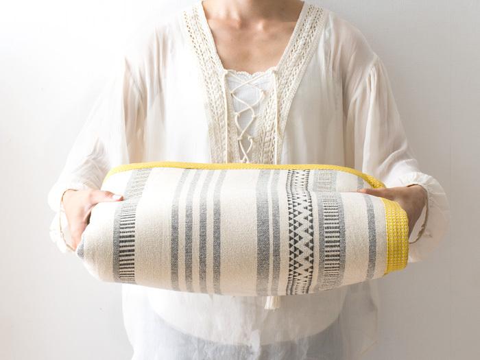 ほどよい厚みと弾力性をもつボンディングラグ。ナチュラルなクリーム色やざっくりとした編み目が、ほっこりとした印象です。フチの黄色がアクセントになったかわいらしいデザインです。