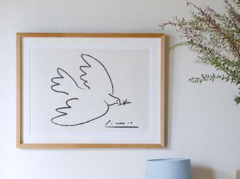 ひとつあるだけで、お部屋をぐっとおしゃれに見せてくれるアートポスター。ハードルが高く感じるアイテムですが、シンプルなデザインなら取り入れやすいですよ。手描き風の鳥モチーフのデザインなら、ナチュラル感のある北欧テイストを演出できます。