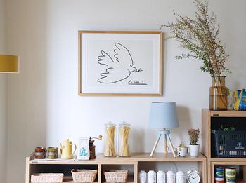 アートポスターのフレームと家具の色味を合わせると、インテリアに自然に馴染ませられます。飾り棚の上は人目を引きやすい場所なので、アートを添えるのにぴったり!