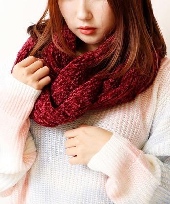 ボルドーなど赤系のスヌードは、顔周りに持ってくると肌を白く見せてくれるので寒色系のアイテムが多くなりがちな季節にもおすすめです。
