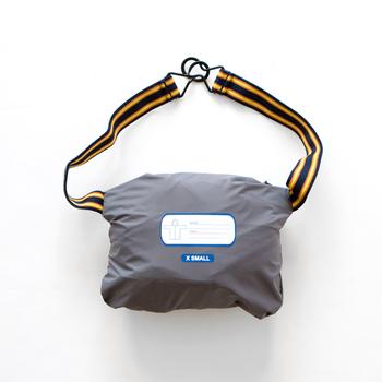 ゴムベルト付きなので、ヒップバッグのようにウエストに取り付けて持ち運べるのもうれしいですね。