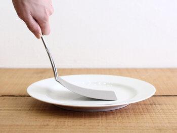 このしなりがあることで、フライパンと食材の間にうまく滑り込ませることができ、食材を崩さずきれいに返すことができます。一度使ったら手放せない程の銘品です。