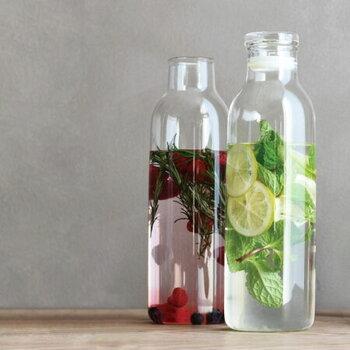 牛乳瓶のような、丸みを帯びたボトルデザインが特徴的なカラフェです。スタイリッシュな形で冷蔵庫のポケットにもスッと入り、麦茶ポットとしても活躍してくれます。