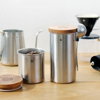 Lサイズはメジャースプーンを引っ掛けて置けるフック付き。艶消し加工のステンレスはキッチンに馴染みやすく、毎日のコーヒータイムがより一層楽しい時間に。