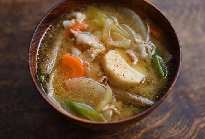 タンパク質からビタミン、食物繊維までしっかり取れる具だくさんの豚汁。お好みで一味唐辛子をさっとふりかけてください。